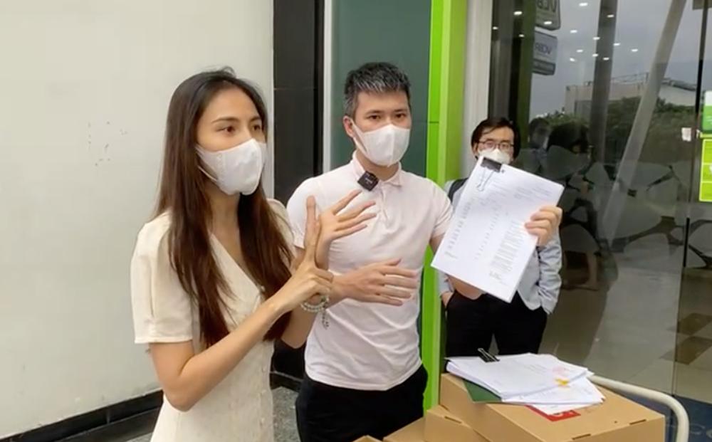 Buổi livestream kết thúc trong 11 phút, vợ chồng Công Vinh tuyên bố kiện người bôi nhọ