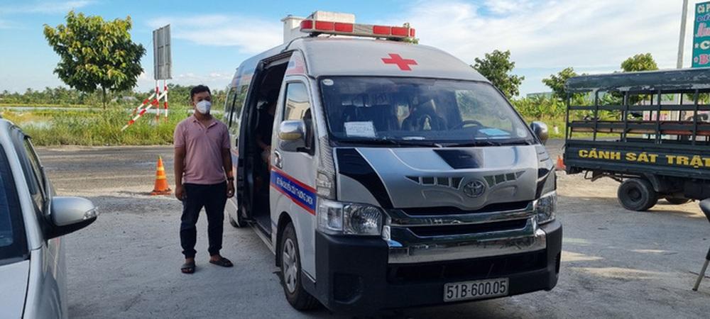 Bị giữ bằng lái, gã trai vẫn lấy xe cứu thương dỏm chở người về từ vùng có dịch - Ảnh 2.