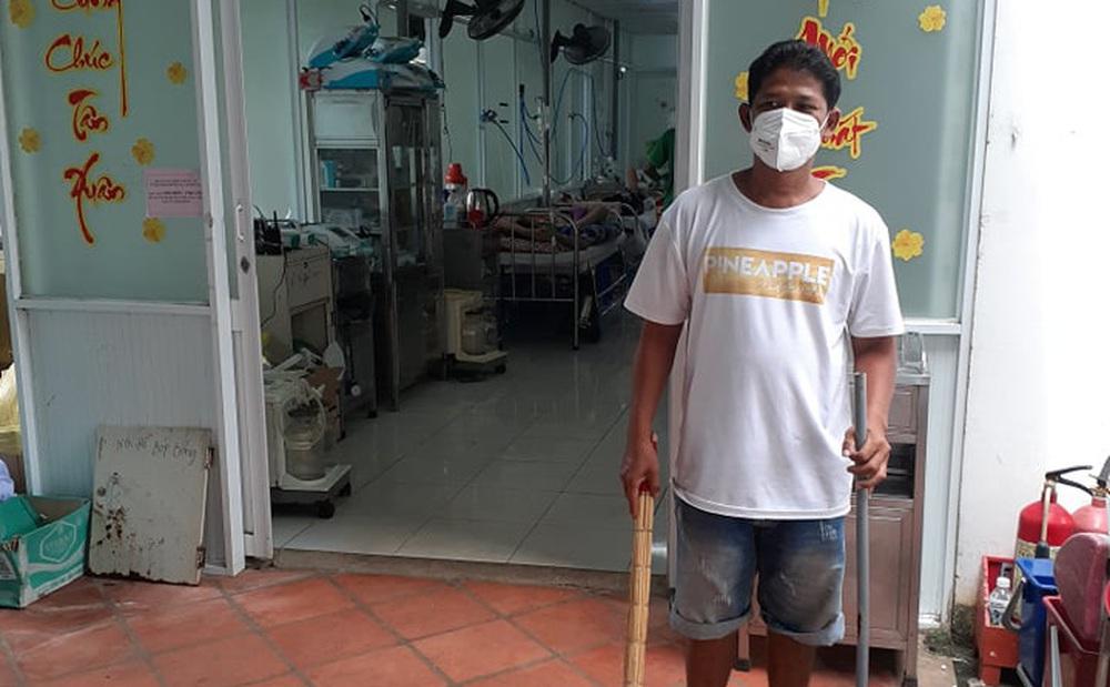Người xin vào bệnh viện châm nước, thay tã cho bệnh nhân: 'Vợ anh mất vì Covid-19 rồi, về nhà anh sẽ buồn lắm'