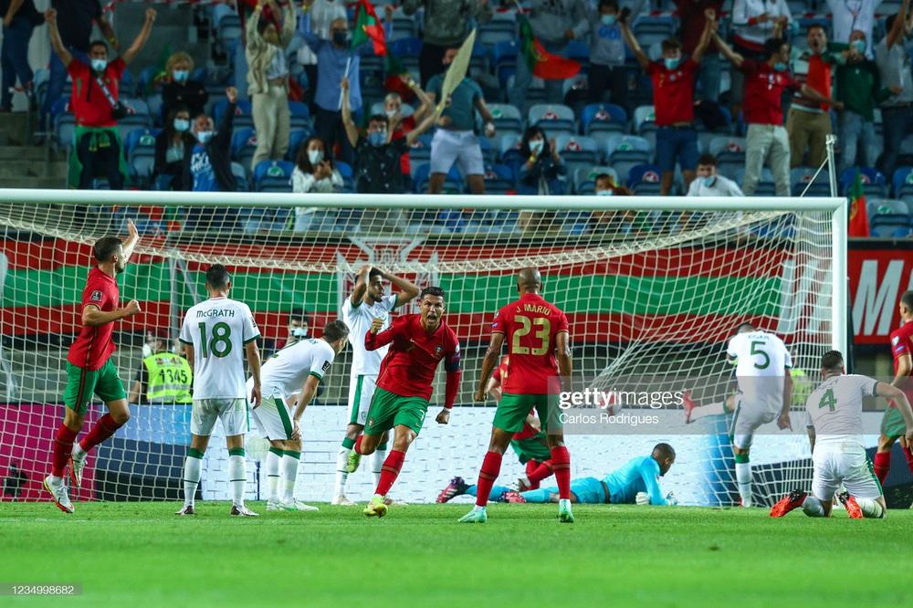 Siêu nhân Ronaldo ghi bàn xác lập kỷ lục thế giới, Man United vui mừng khôn xiết - Ảnh 2.