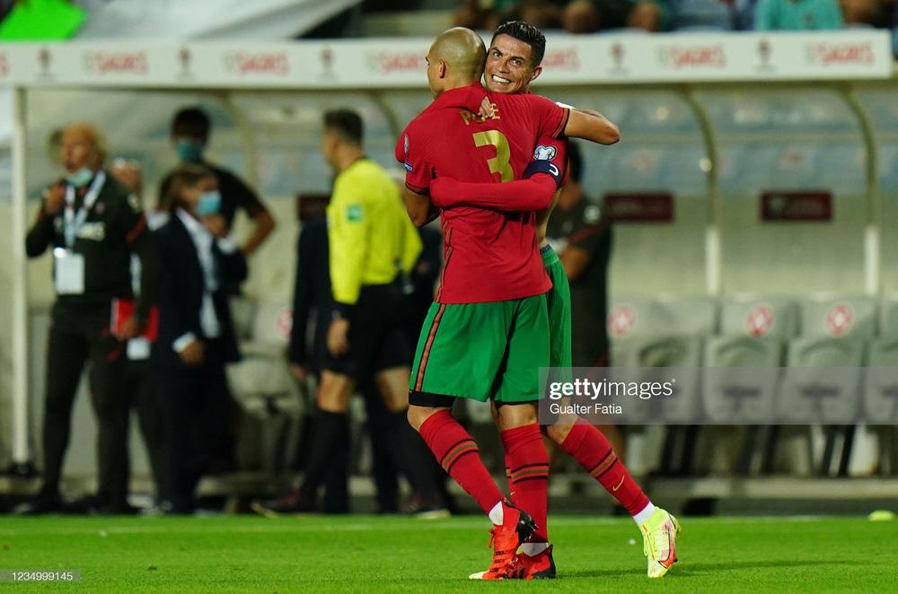 Siêu nhân Ronaldo ghi bàn xác lập kỷ lục thế giới, Man United vui mừng khôn xiết - Ảnh 3.