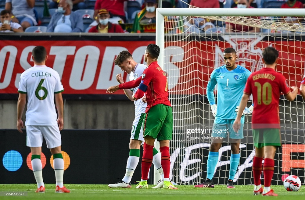 Siêu nhân Ronaldo ghi bàn xác lập kỷ lục thế giới, Man United vui mừng khôn xiết - Ảnh 1.