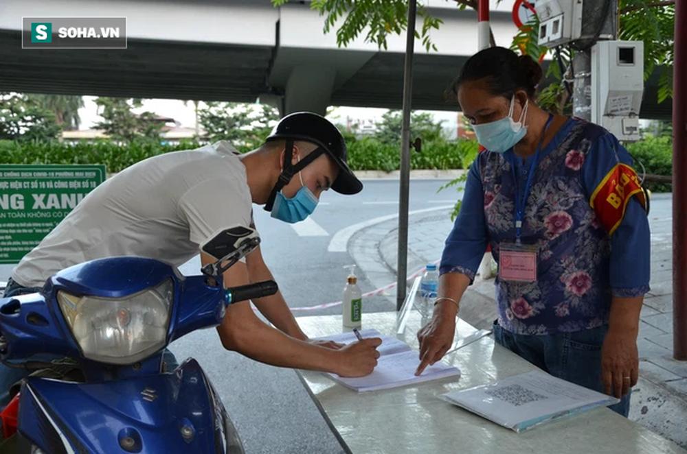 [ẢNH] Đội tình nguyện các bác U70 gác chốt bảo vệ vùng xanh ở Hà Nội  - Ảnh 3.