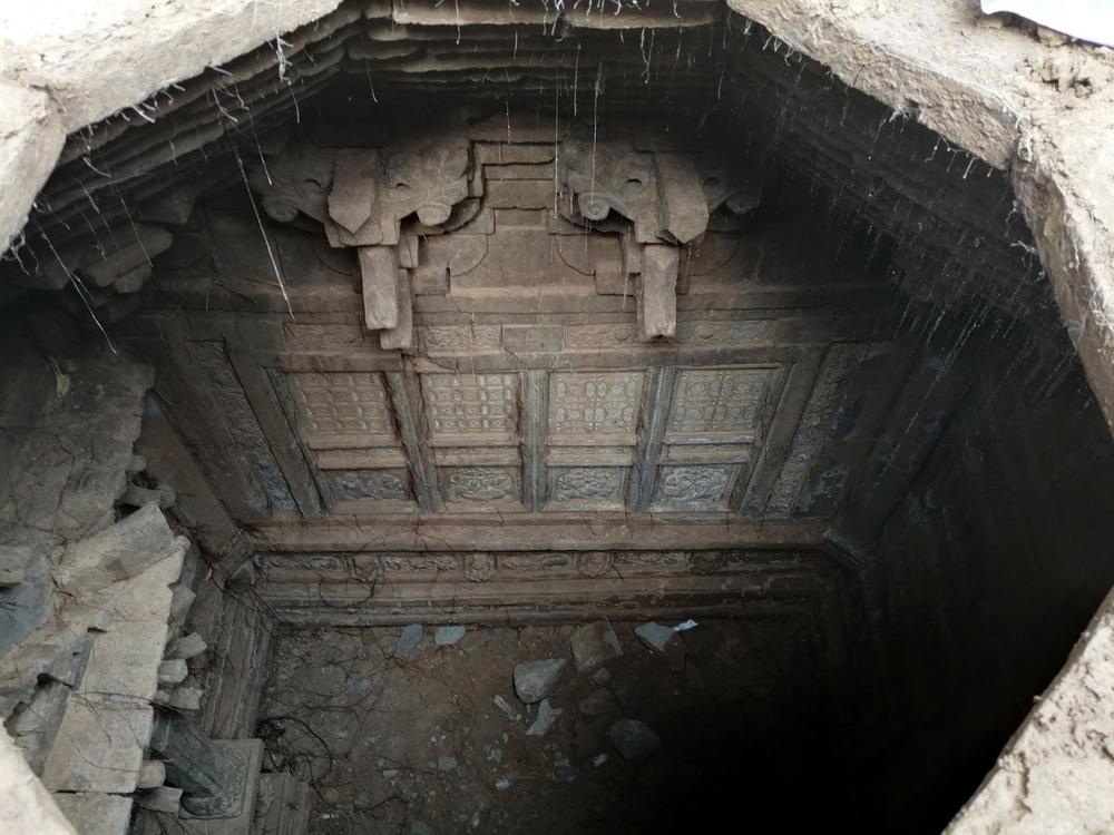 Đang vui vì khai quật được cặp đĩa trong mộ cổ, chuyên gia lập tức sôi máu khi đọc dòng chữ dưới đáy, thẳng tay ném vỡ đĩa đi! - Ảnh 1.