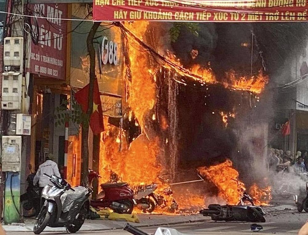 Nghi phạm ném bom xăng khiến hàng loạt cửa hàng bán xe máy, TV cháy rụi khai gì? - Ảnh 1.