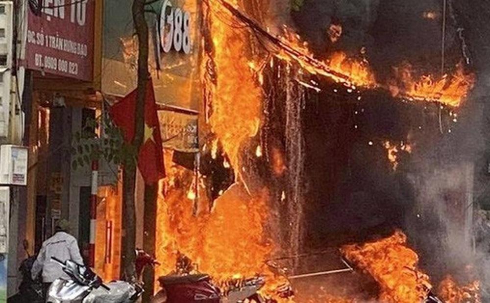 Nghi phạm ném bom xăng khiến hàng loạt cửa hàng bán xe máy, TV cháy rụi khai gì?