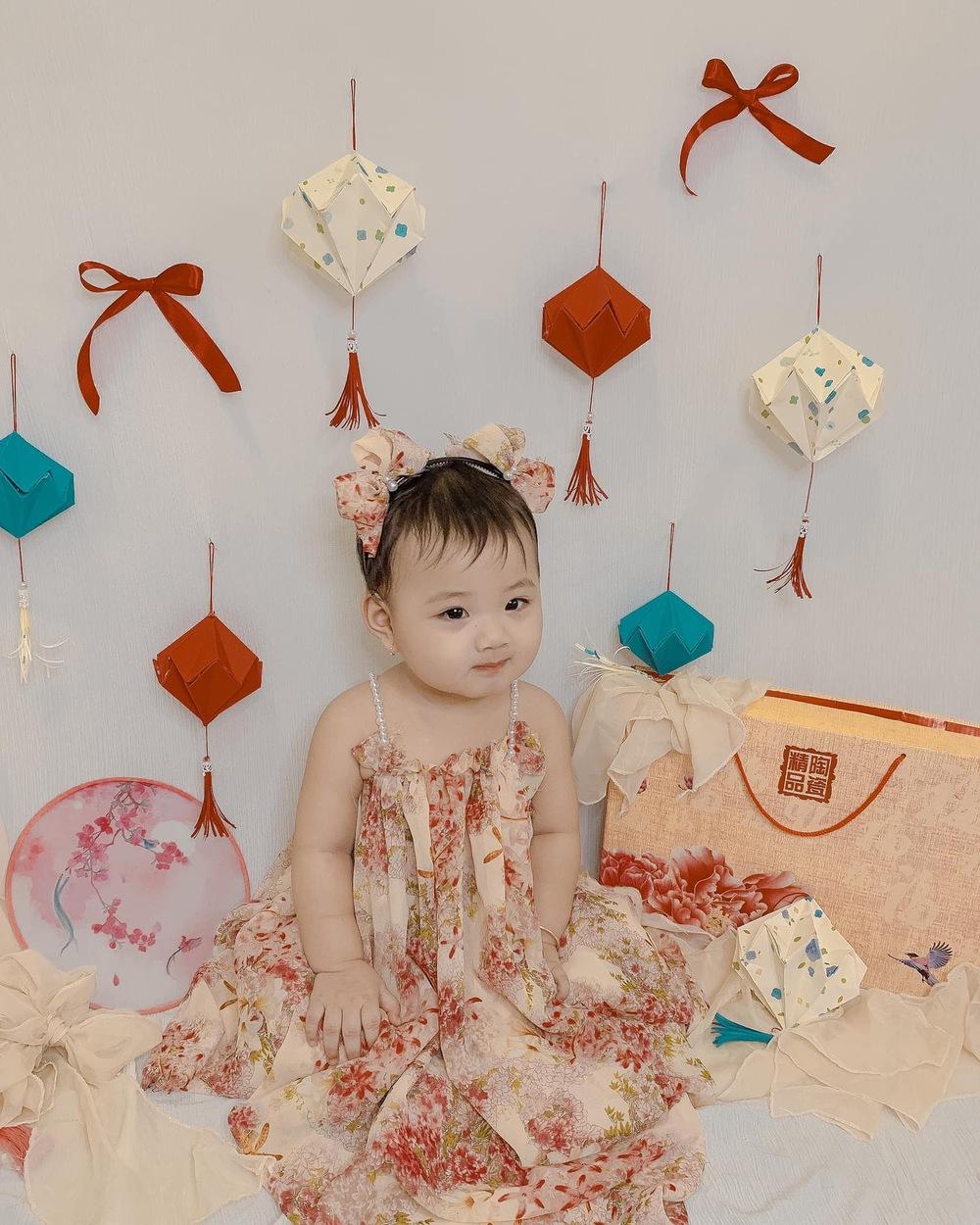 Bố mẹ náo nức chụp ảnh Trung thu tại nhà cho con: Đầu tư vài chục nghìn tiền trang trí mà sản phẩm đáng đồng tiền - Ảnh 3.