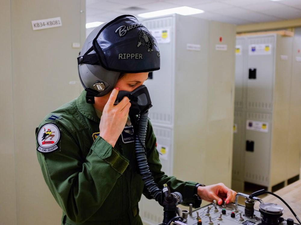B-52 suốt 70 năm không có rèm cửa nhà vệ sinh: Phi công xấu hổ vì chuyện tế nhị - Ảnh 2.