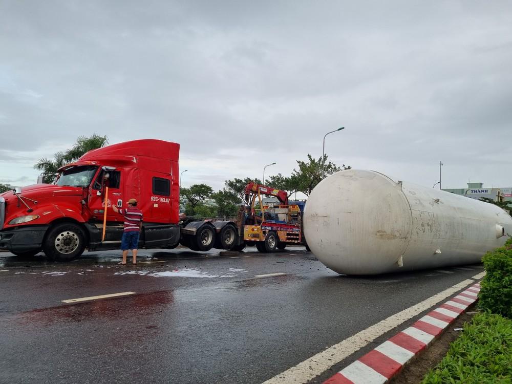 Công an Đà Nẵng đang giải cứu quả bom nóng lật ngang đường - Ảnh 3.