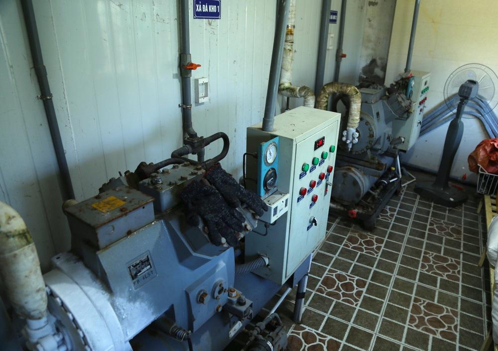Hàng trăm tấn hải sản chất đầy kho đông lạnh không bán được vì dịch Covid-19 - Ảnh 10.