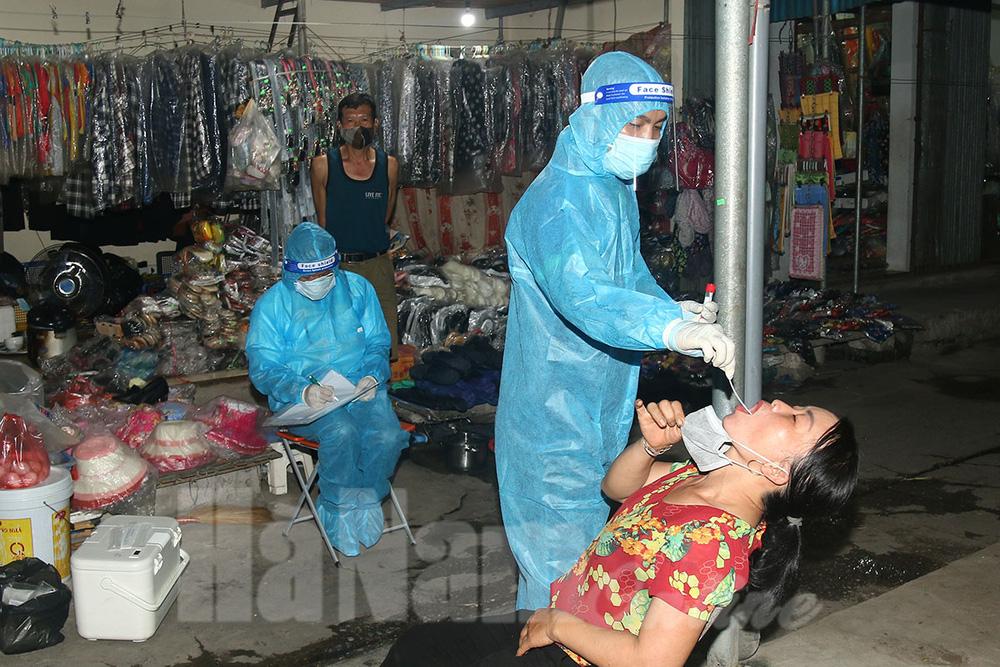 Ngay trong đêm, Hà Nam cấp tốc lấy mẫu xét nghiệm khoảng 3.000 người liên quan ca dương tính - Ảnh 2.