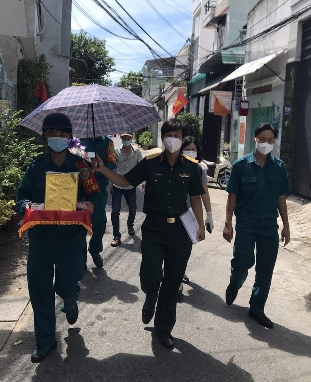 Đưa tro cốt người phụ nữ tử vong vì Covid về nhà, thiếu tá Nguyễn Trung Kiên chỉ thấy bé 4 tuổi ra nhận! - Ảnh 2.