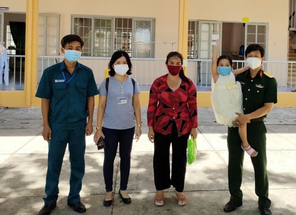 Đưa tro cốt người phụ nữ tử vong vì Covid về nhà, thiếu tá Nguyễn Trung Kiên chỉ thấy bé 4 tuổi ra nhận! - Ảnh 1.