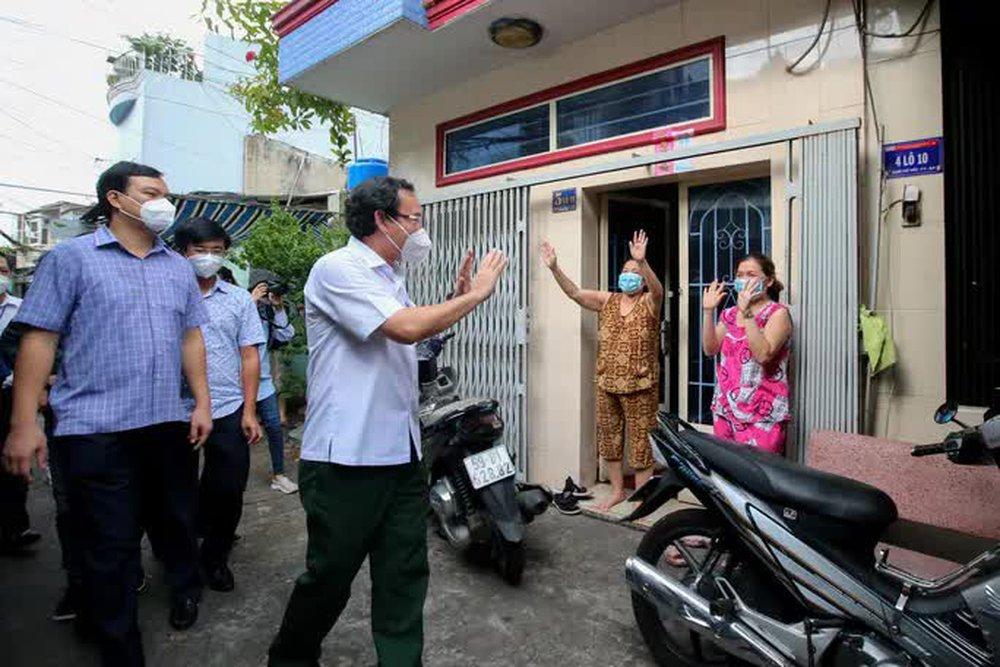 Bí thư Nguyễn Văn Nên: Năm nay bác thay cha con tặng quà trung thu cho con nhé - Ảnh 2.