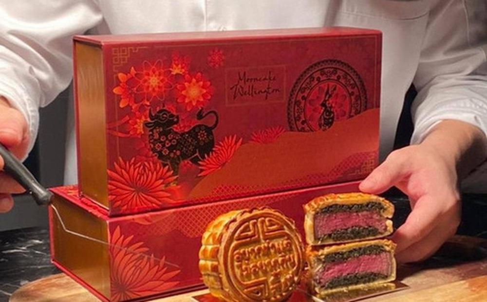 Chiếc bánh Trung thu 'sặc mùi tiền', đỉnh nhất năm 2021: Nhân bánh toàn nguyên liệu xịn của giới nhà giàu, nhìn xong ai cũng trầm trồ