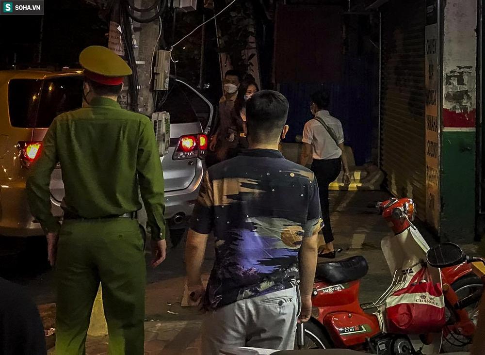 NÓNG: Khám nhà Đại tá Phùng Anh Lê - Trưởng phòng Cảnh sát kinh tế Công an Hà Nội - Ảnh 2.