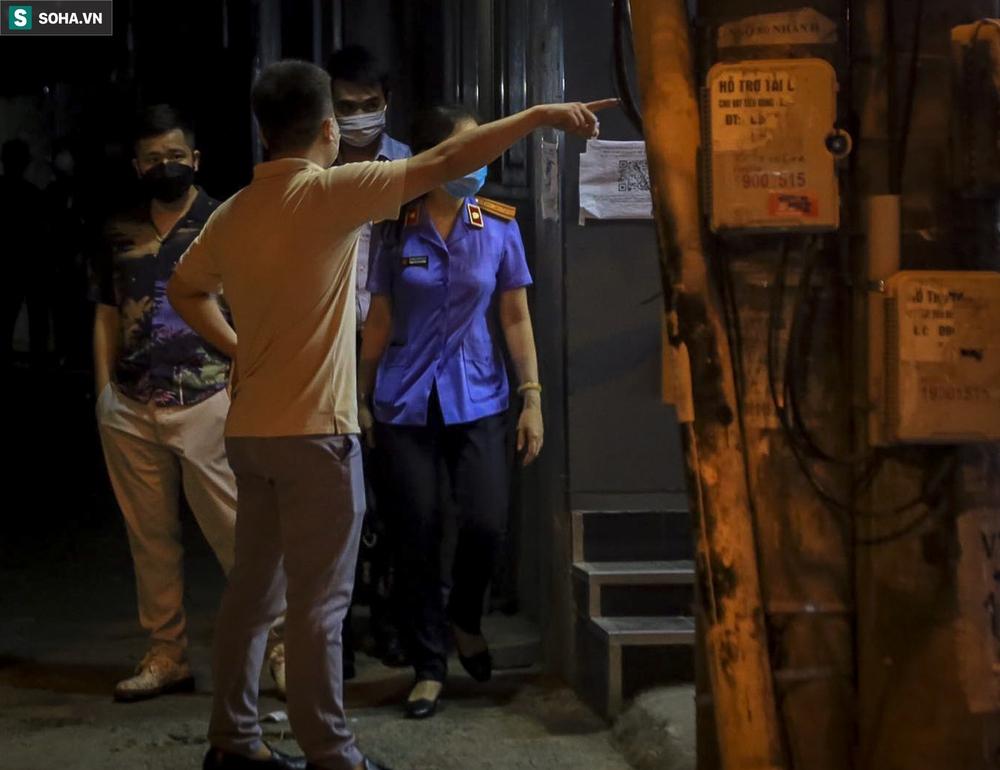 NÓNG: Khám nhà Đại tá Phùng Anh Lê - Trưởng phòng Cảnh sát kinh tế Công an Hà Nội - Ảnh 3.