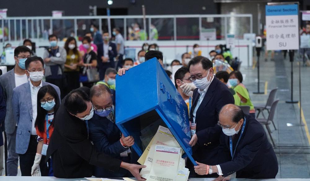 Lần đầu bỏ phiếu sau khi Trung Quốc cải tổ bầu cử, Hồng Kông gặp sự cố hết sức nghiêm trọng - Ảnh 1.