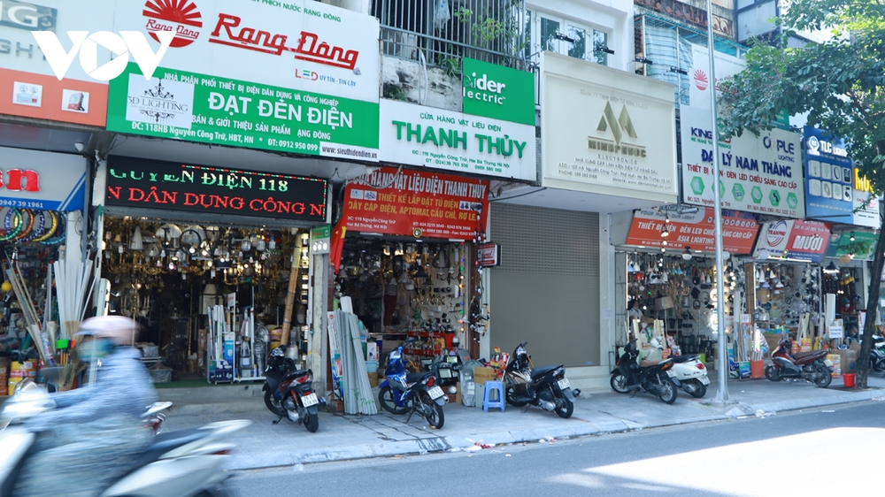 Mở cửa kinh doanh, nhiều người lo không đủ lãi để trả tiền thuê mặt bằng  - Ảnh 1.