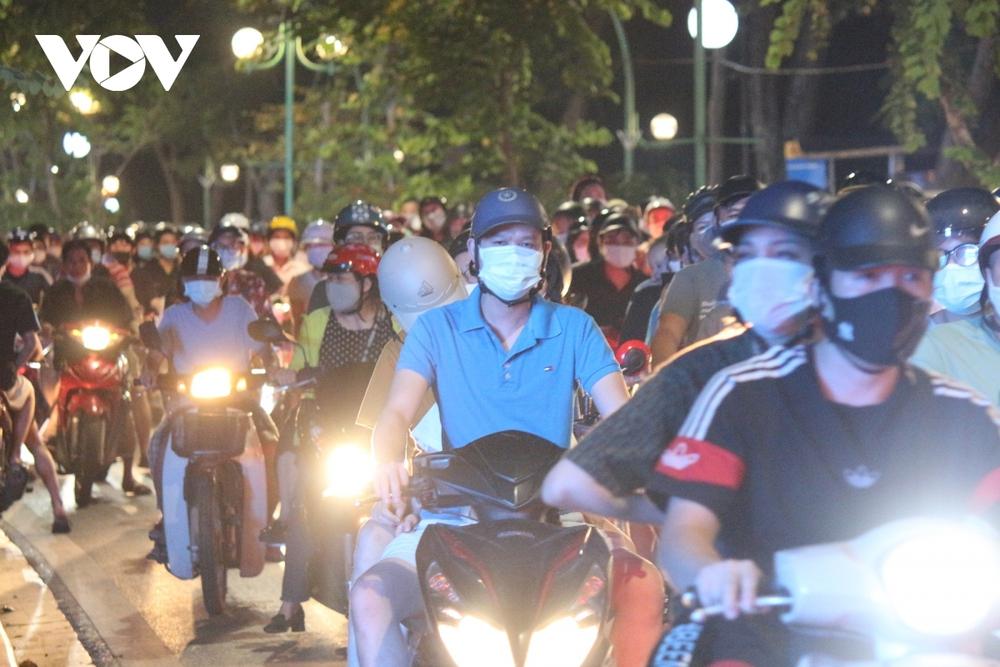 Người dân Hà Nội ùn ùn đổ ra đường đi chơi Tết Trung thu - Ảnh 14.