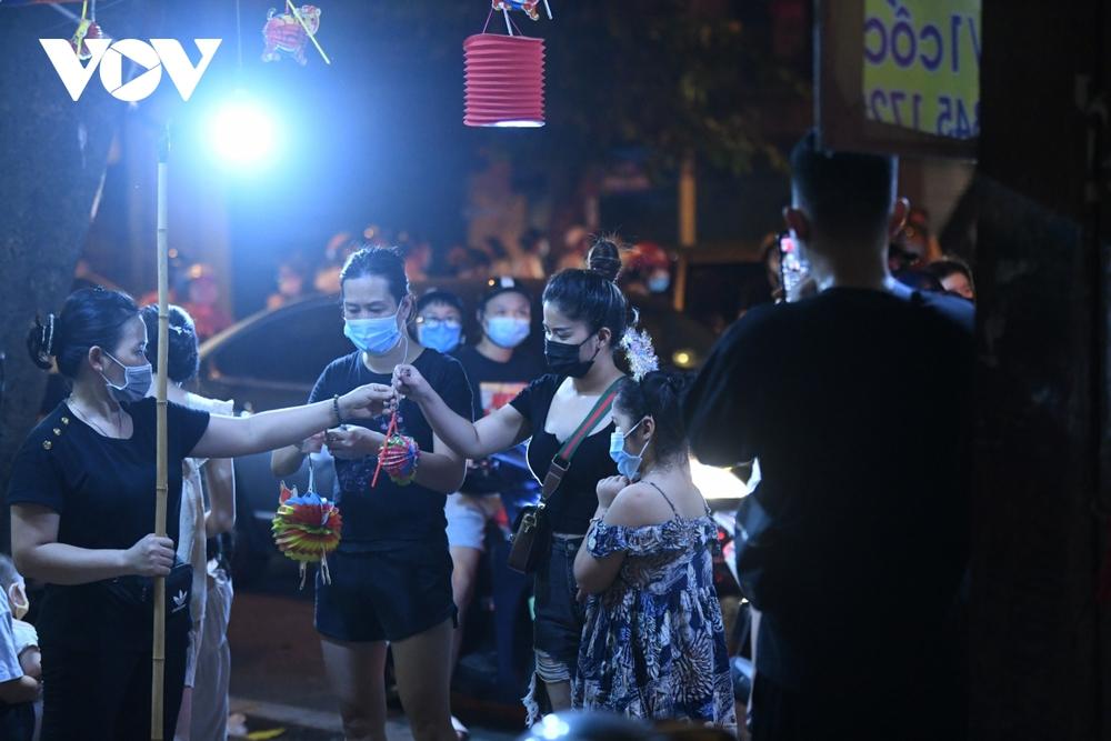 Người dân Hà Nội ùn ùn đổ ra đường đi chơi Tết Trung thu - Ảnh 15.
