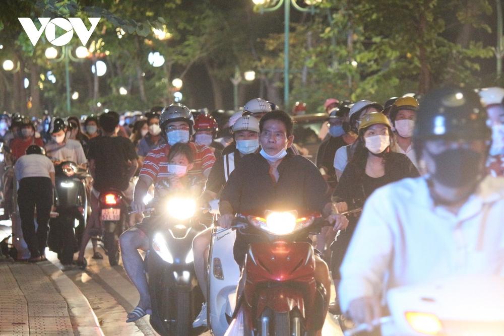 Người dân Hà Nội ùn ùn đổ ra đường đi chơi Tết Trung thu - Ảnh 16.