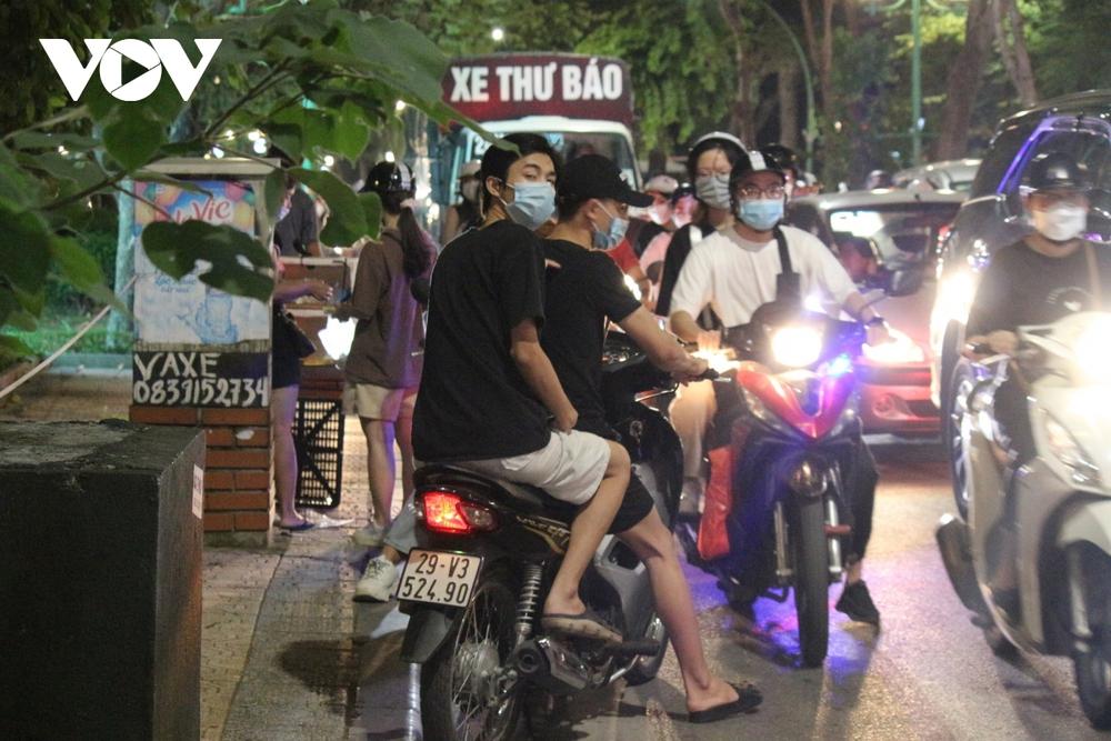 Người dân Hà Nội ùn ùn đổ ra đường đi chơi Tết Trung thu - Ảnh 18.