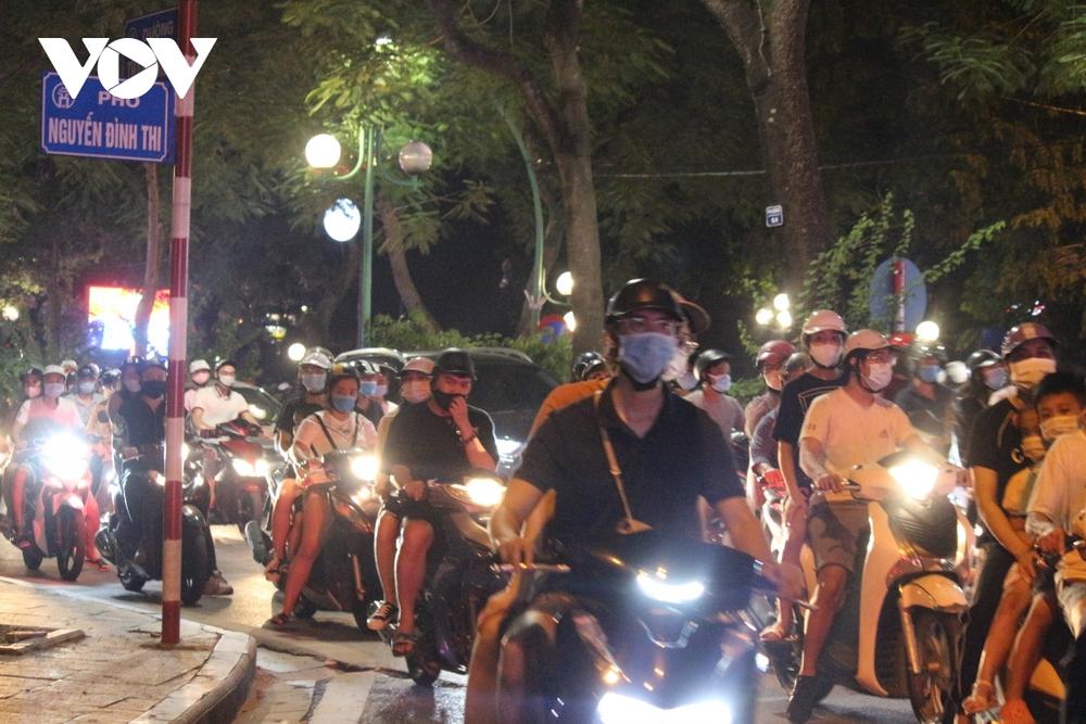 Người dân Hà Nội ùn ùn đổ ra đường đi chơi Tết Trung thu - Ảnh 22.