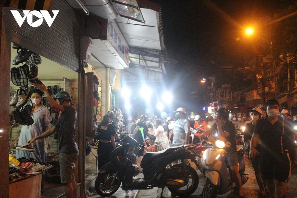 Người dân Hà Nội ùn ùn đổ ra đường đi chơi Tết Trung thu - Ảnh 5.
