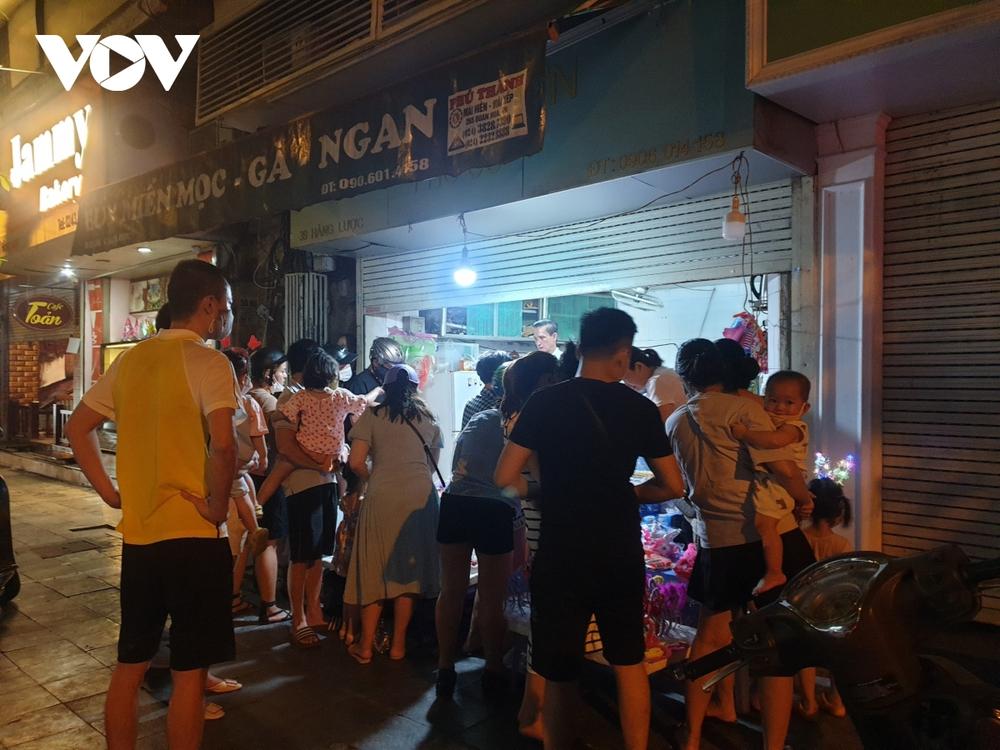 Người dân Hà Nội ùn ùn đổ ra đường đi chơi Tết Trung thu - Ảnh 6.