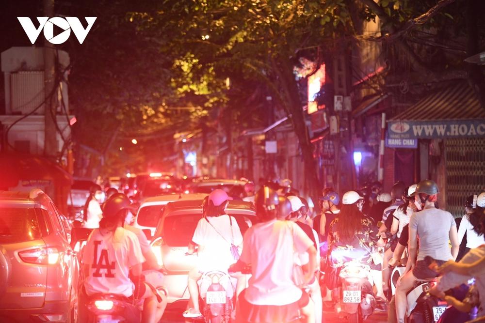 Người dân Hà Nội ùn ùn đổ ra đường đi chơi Tết Trung thu - Ảnh 10.