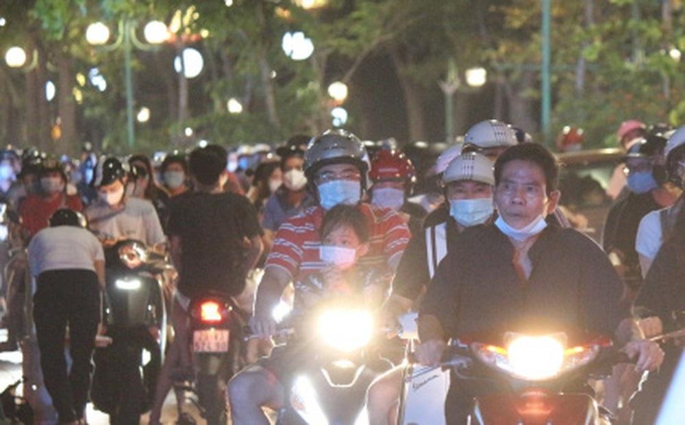 Người dân Hà Nội ùn ùn đổ ra đường đi chơi Tết Trung thu