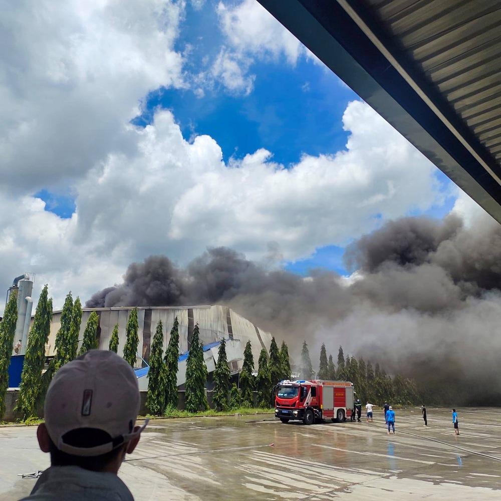 Vụ cháy trong KCN ở Bình Dương: Hơn 100 cán bộ chiến sĩ dập lửa liên tục trong 4 giờ đồng hồ - Ảnh 1.