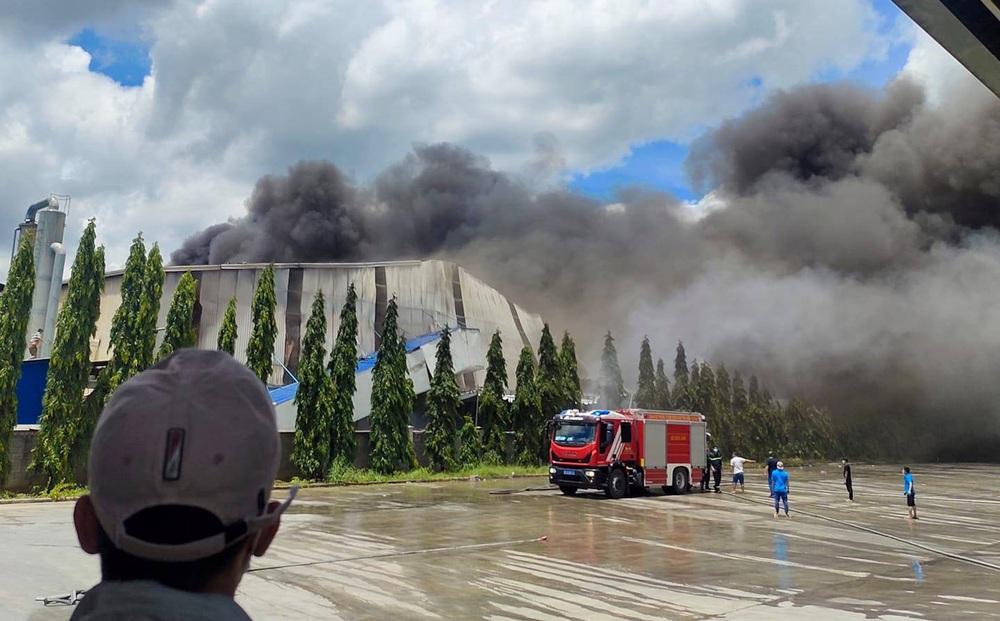 Vụ cháy trong KCN ở Bình Dương: Hơn 100 cán bộ chiến sĩ dập lửa liên tục trong 4 giờ đồng hồ