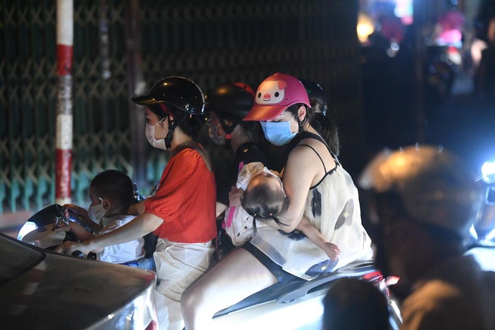 Người Hà Nội đổ ra đường đêm Trung thu, chuyên gia cảnh báo điều nguy hiểm có thể khiến công sức chống dịch đổ sông đổ biển - Ảnh 1.