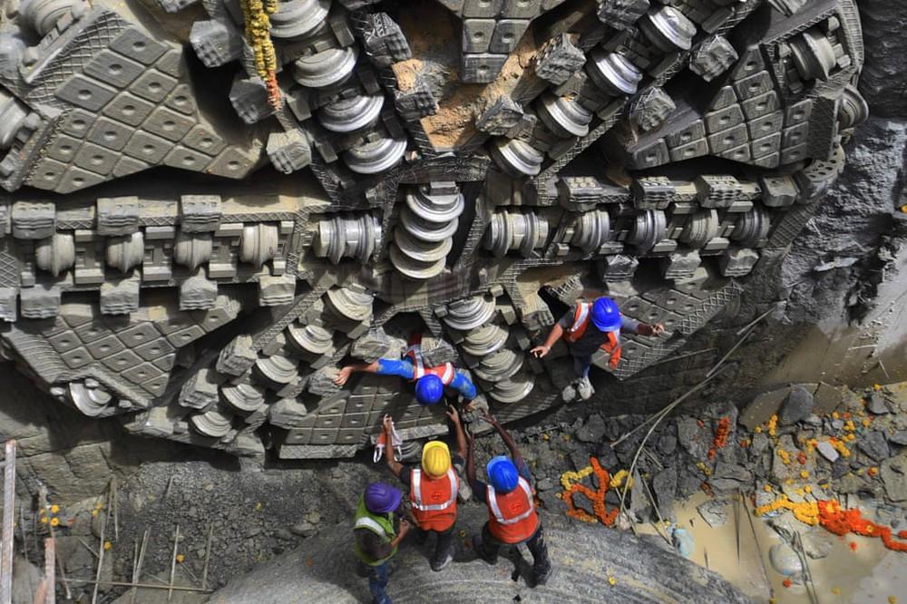 24h qua ảnh: Bắt được trăn khổng lồ dài 9m ở Indonesia - Ảnh 2.