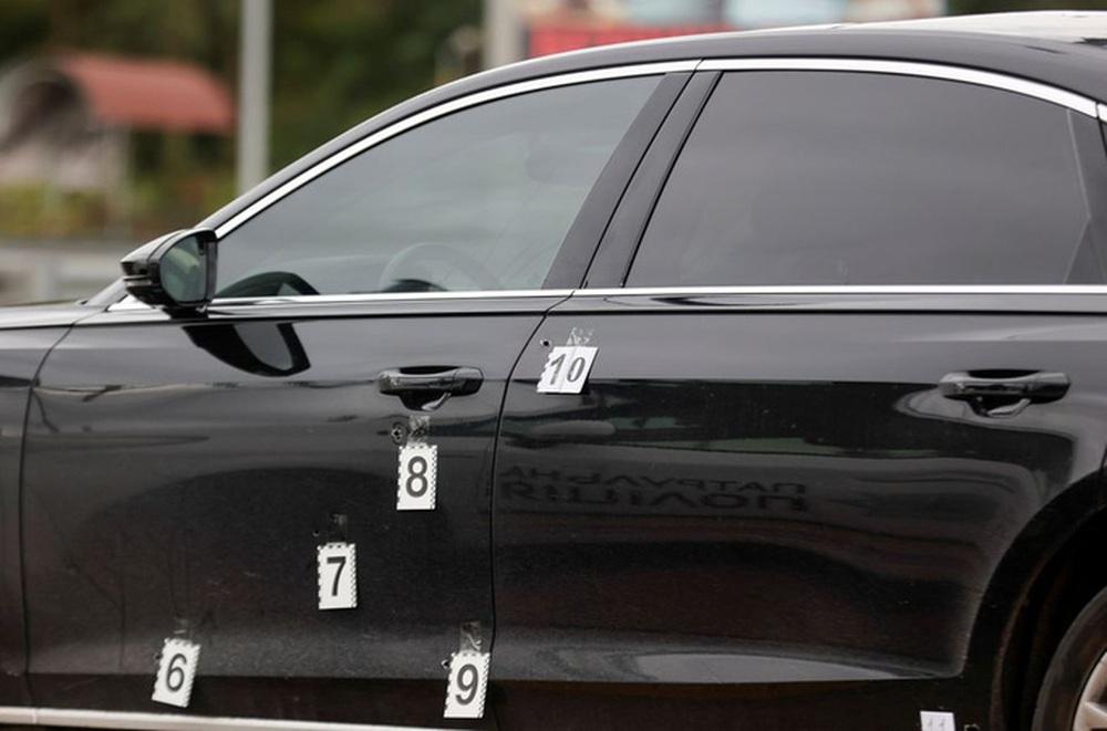 Hơn 10 viên đạn găm trúng xe cố vấn tổng thống Ukraine - Ảnh 2.