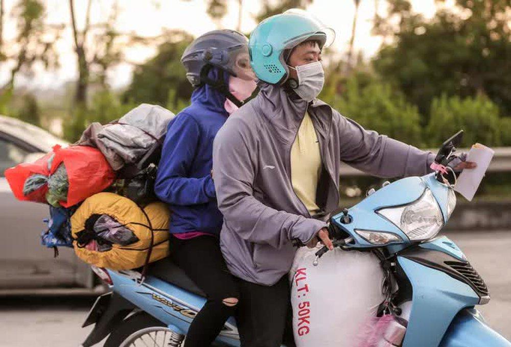 CLIP: Người dân các tỉnh ùn ùn đổ về Thủ đô sau khi Hà Nội nới lỏng giãn cách xã hội - Ảnh 2.