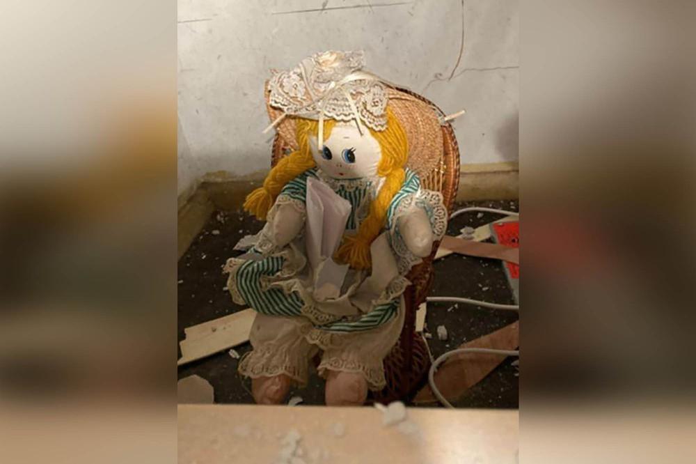 Kinh hãi phát hiện bức thư chết chóc trên tay búp bê vải trong căn nhà cũ - Ảnh 2.