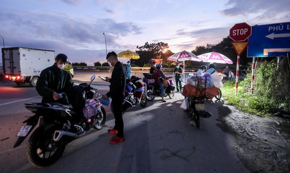 CLIP: Người dân các tỉnh ùn ùn đổ về Thủ đô sau khi Hà Nội nới lỏng giãn cách xã hội - Ảnh 13.