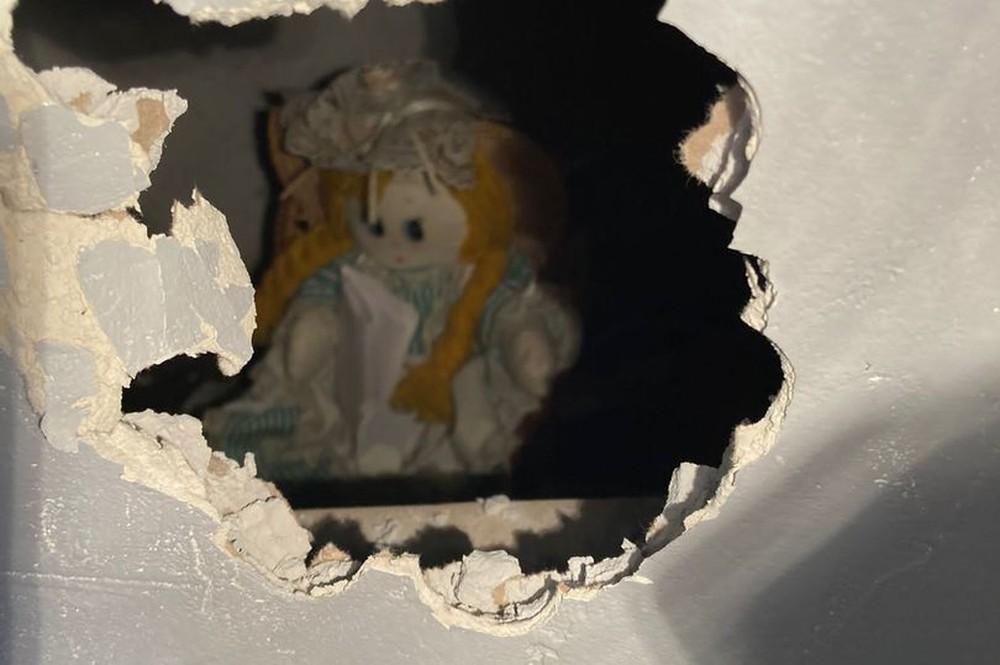 Kinh hãi phát hiện bức thư chết chóc trên tay búp bê vải trong căn nhà cũ - Ảnh 3.