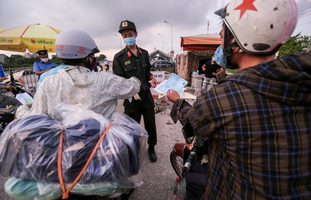 CLIP: Người dân các tỉnh ùn ùn đổ về Thủ đô sau khi Hà Nội nới lỏng giãn cách xã hội - Ảnh 7.