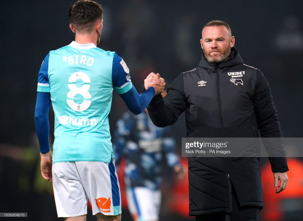 Nghĩa hiệp như Rooney: Bỏ tiền túi giúp cầu thủ khi đội bóng vỡ nợ, dũng cảm ở lại con tàu đắm - Ảnh 1.