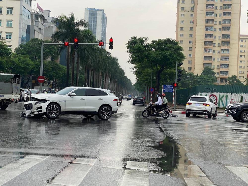 Thấy shipper vượt đèn đỏ, tài xế ô tô học đòi lao theo và cú đâm đau thương giữa ngã tư phố Hà Nội  - Ảnh 2.