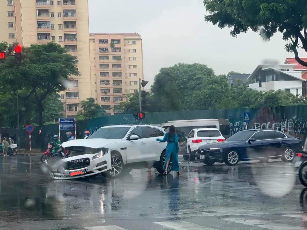 Thấy shipper vượt đèn đỏ, tài xế ô tô học đòi lao theo và cú đâm đau thương giữa ngã tư phố Hà Nội  - Ảnh 4.