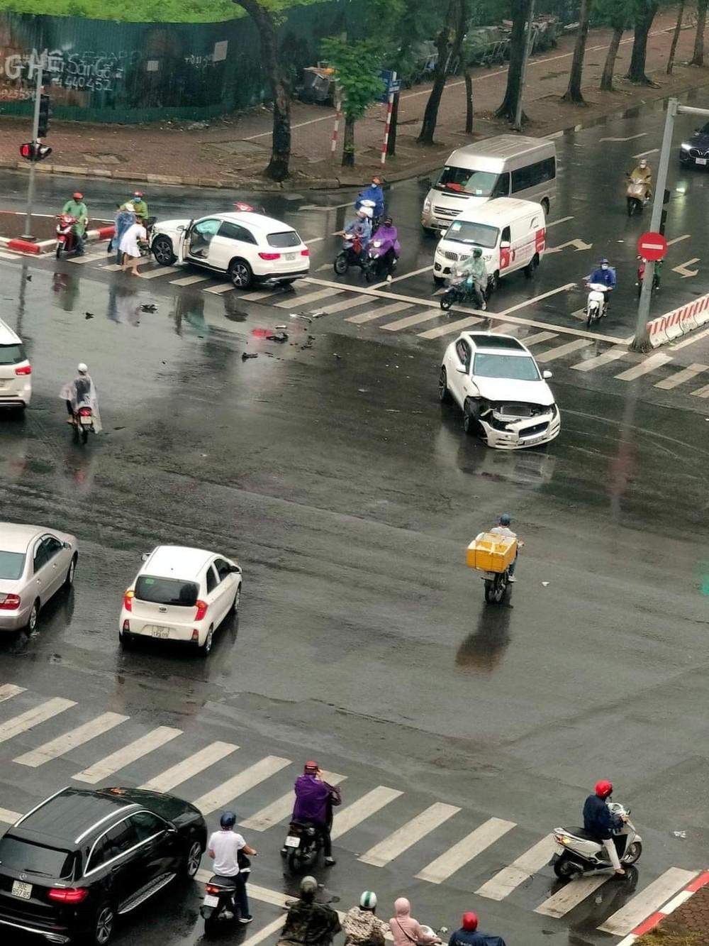 Thấy shipper vượt đèn đỏ, tài xế ô tô học đòi lao theo và cú đâm đau thương giữa ngã tư phố Hà Nội  - Ảnh 3.