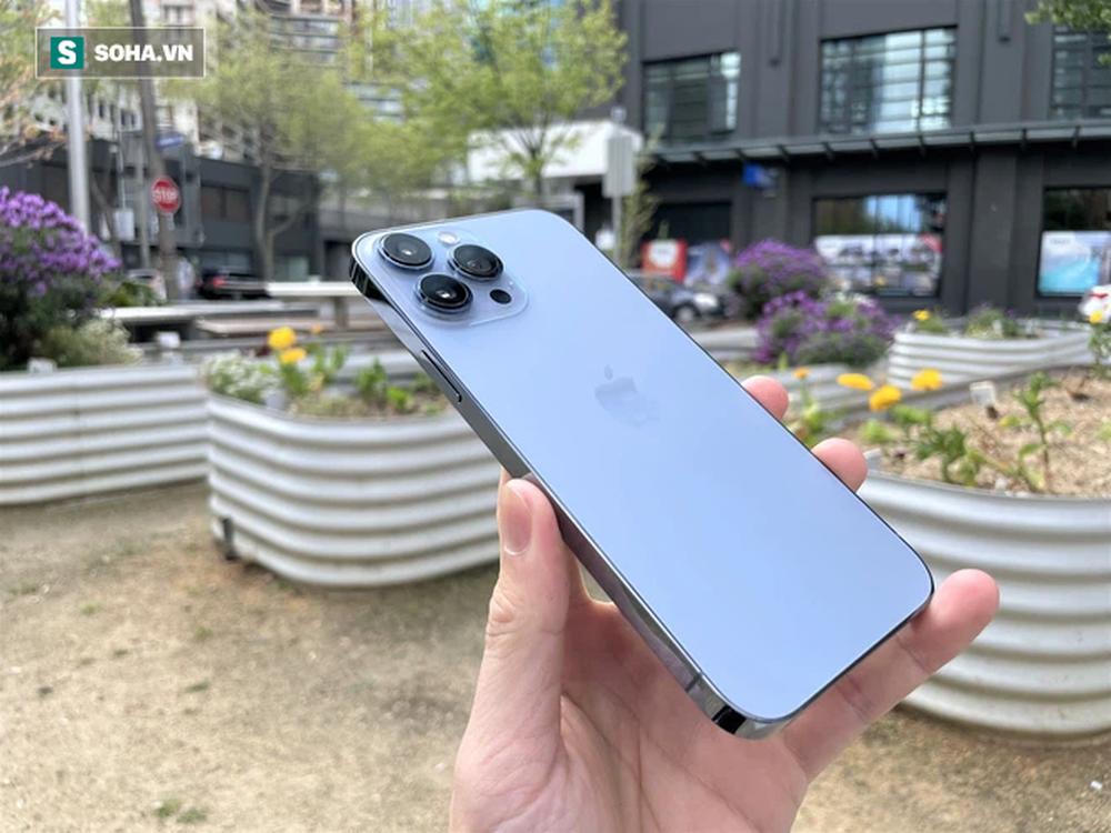 Trên tay iPhone 13 Pro Max màu xanh hot nhất năm nay - Ảnh 1.