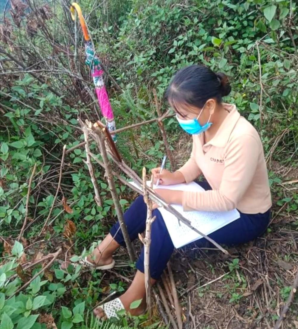 Học sinh ở bản biên giới leo đỉnh núi, dựng lán hứng sóng để học trực tuyến - Ảnh 5.