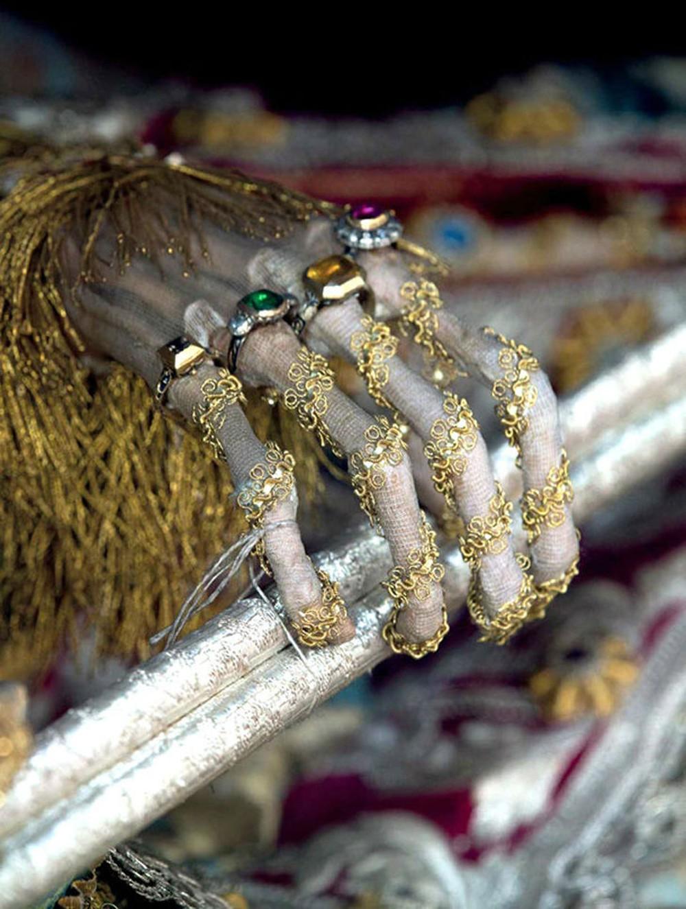Hài cốt đắt giá bậc nhất thế giới được tìm thấy trong ngôi mộ mê cung: Vàng bạc, châu báu đếm không xuể - Ảnh 2.