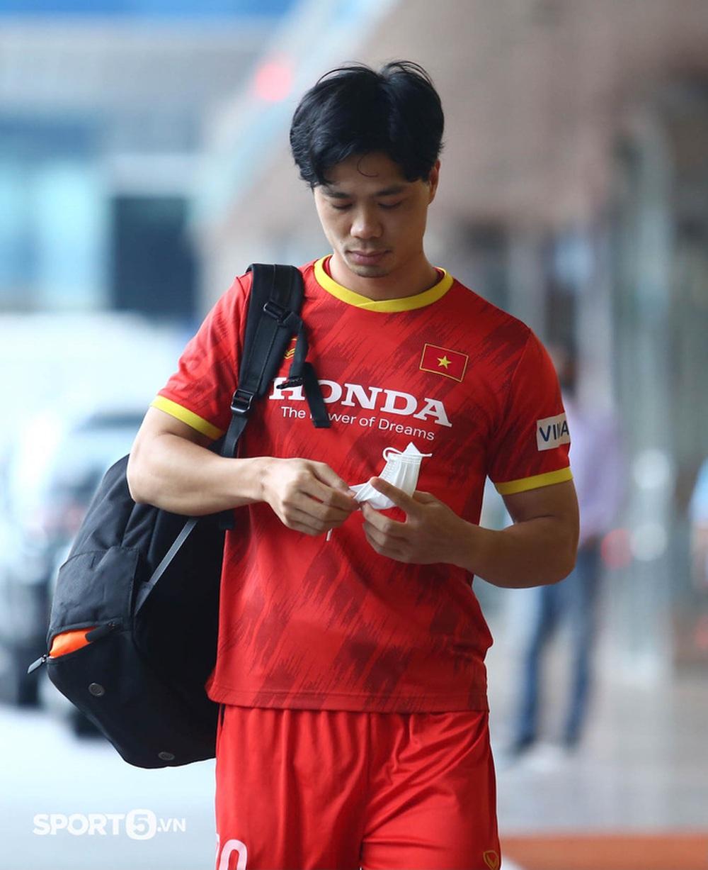 Công Phượng khoe tóc mới, trợ lý Lee Young-jin cho Tấn Tài xem bí mật từ chiếc điện thoại - Ảnh 1.